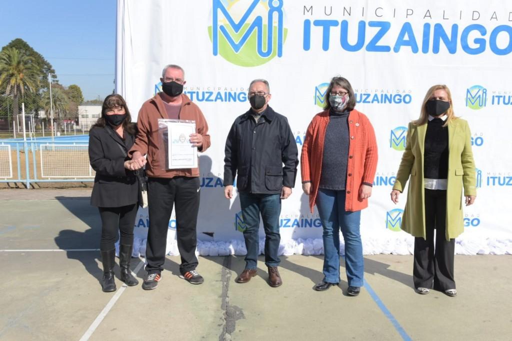 Ituzaingó: Alberto Descalzo encabezó la firma de 40 escrituras para familias del distrito