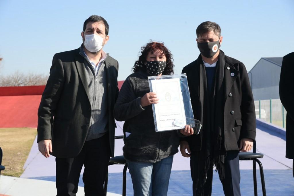 San Martín: Fernando Moreira y Axel Kicillof entregaron escrituras a familias del partido