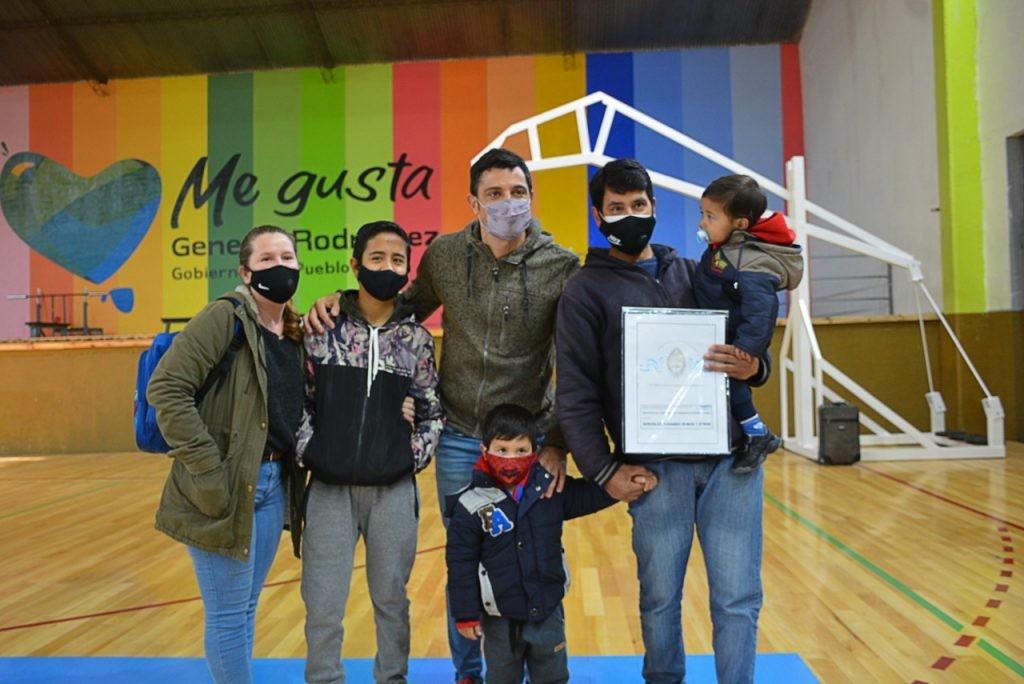 Gral. Rodríguez: Acto de entrega de escrituras sociales en el Polideportivo municipal