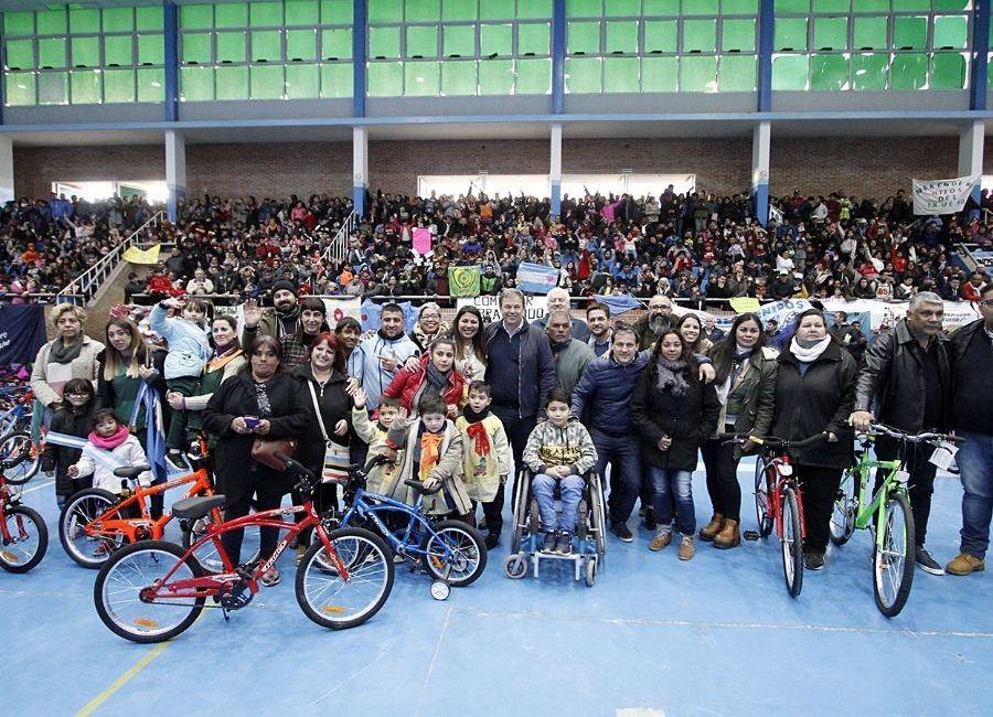 Alte. Brown: El intendente Cascallares entregó juguetes y bicicletas a instituciones del distrito