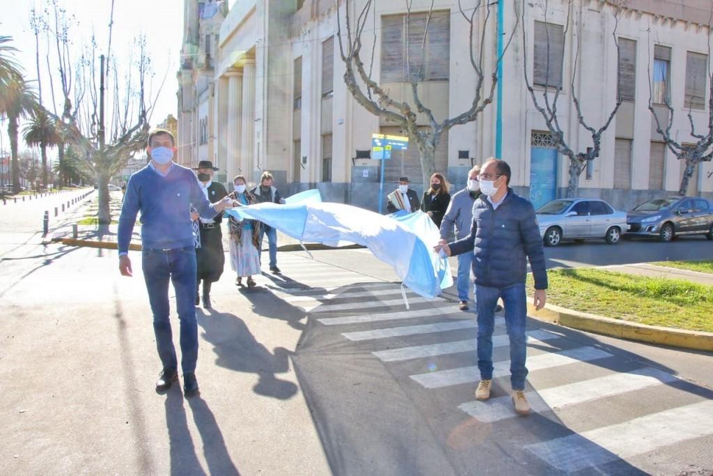 Bolívar: El Intendente Pisano izó la bandera en el mástil central