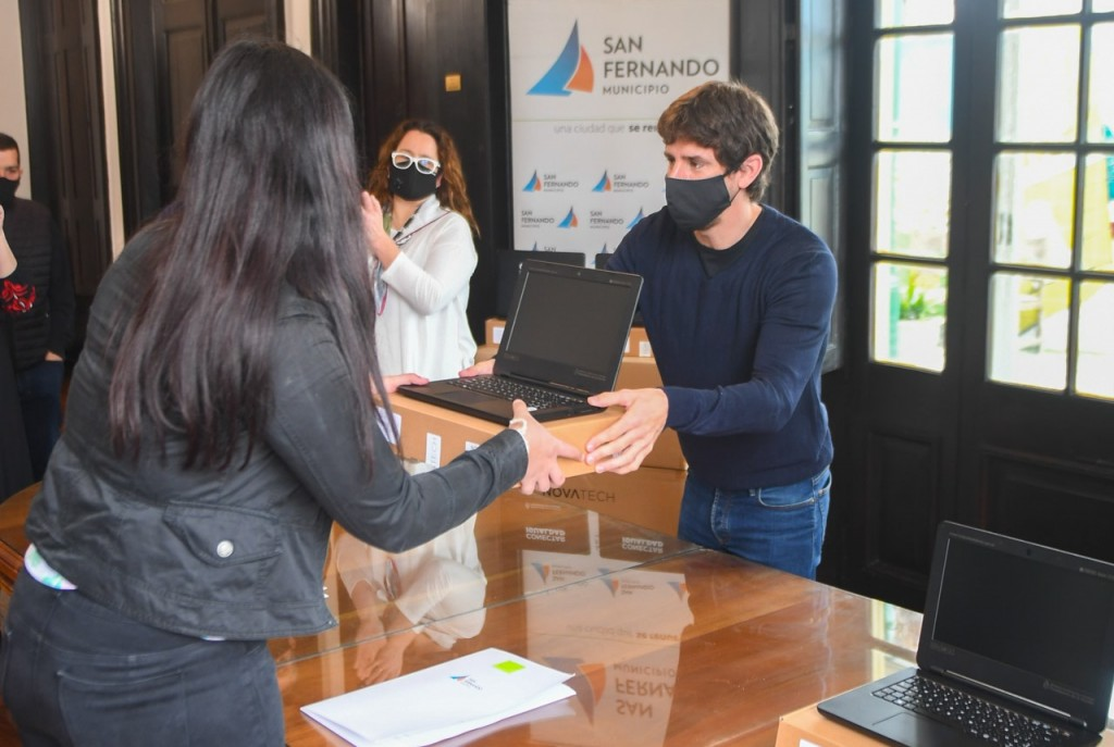 Juan Andreotti entregó netbooks del Programa ´Conectar Igualdad´ a estudiantes de secundarias