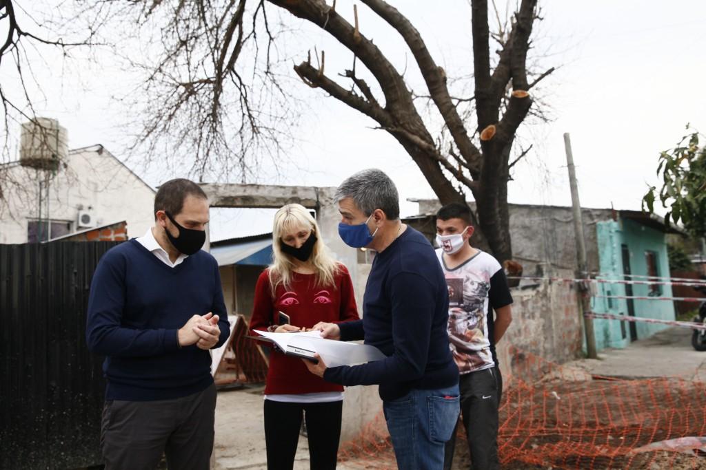 Juan Zabaleta y Martín Gill recorrieron obras de agua y cloacas y firmaron convenios de pavimentación
