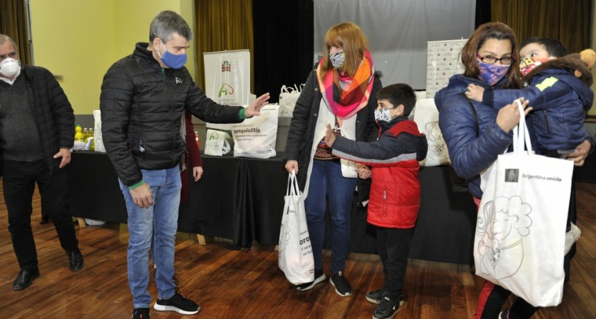 Zabaleta recibió 500 kits de prevención contra la bronquiolitis, en un acto con el ministro Arroyo
