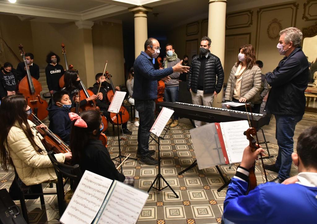 B. Blanca: El intendente presenció un ensayo de la Orquesta Miramar en el Teatro Municipal