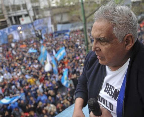 La Plata: Con orden de detención del