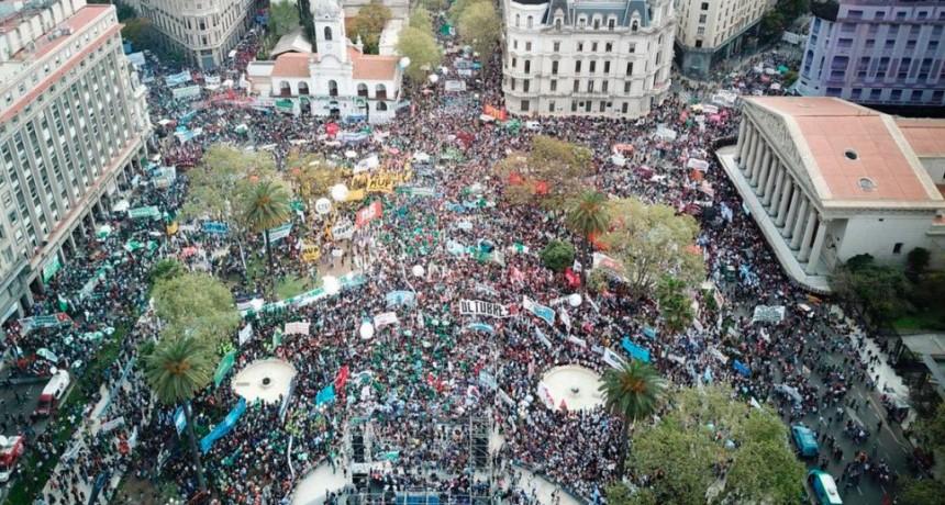 En la previa del Paro General, una masiva movilización colmó la Plaza de Mayo