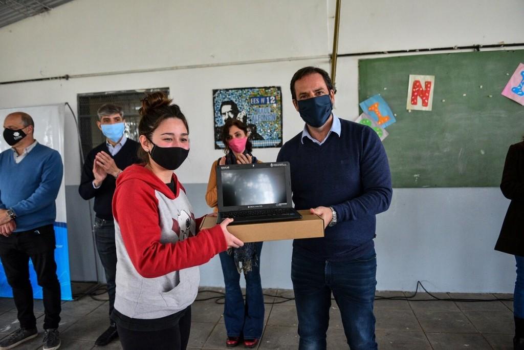 Ariel Sujarchuk realizó la primera entrega de netbooks que beneficiará a 1.500 estudiantes