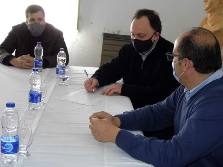 Tordillo: El intendente Olivera firmó un convenio con el presidente de AUBASA, Javier Osuna