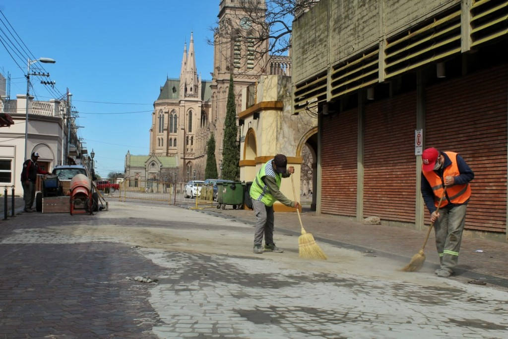 Luján: Etapa final de los trabajos de reparación del adoquinado de calle 9 de Julio