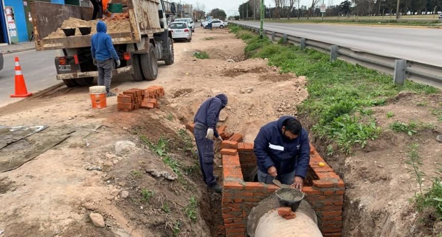 Campana: Con personal municipal avanzan las obras para entubar parte de la colectora Yaquemé
