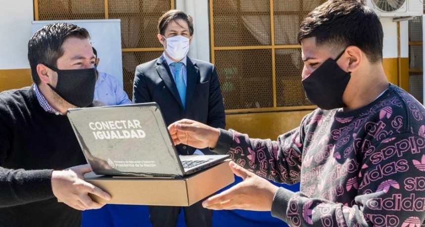 Malvinas Argentinas: Leo Nardini y el ministro Trotta entregaron 38 netbooks del Plan Juana Manso