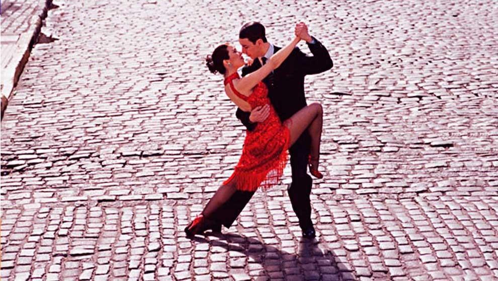 Ituzaingó: Baldosón de tango en la plaza San Martín