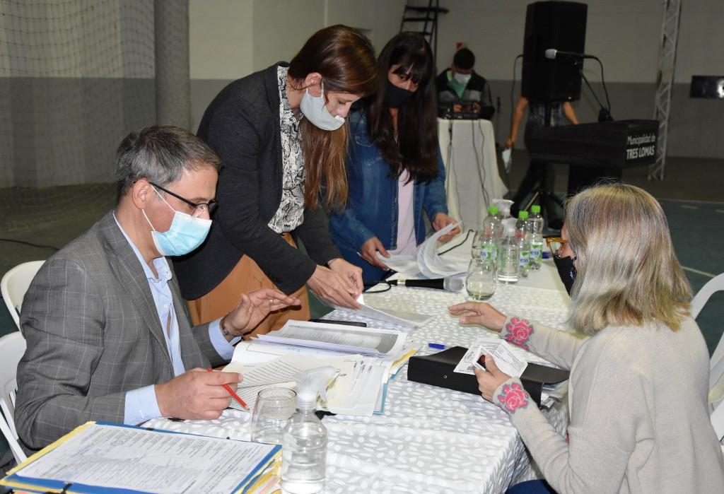 Tres Lomas: 100 familias del distrito firmaron la escritura de su vivienda