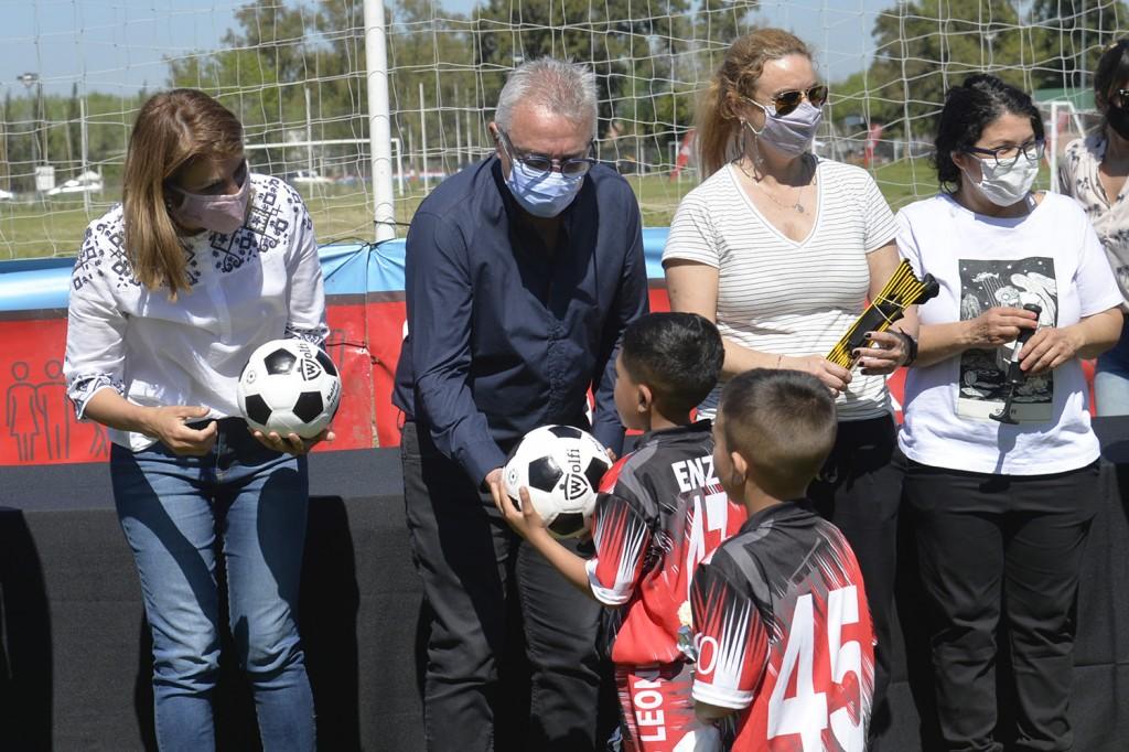 Tigre: Julio y Gisela Zamora lanzaron la Liga Municipal Infantil de Baby Fútbol y entregaron material deportivo