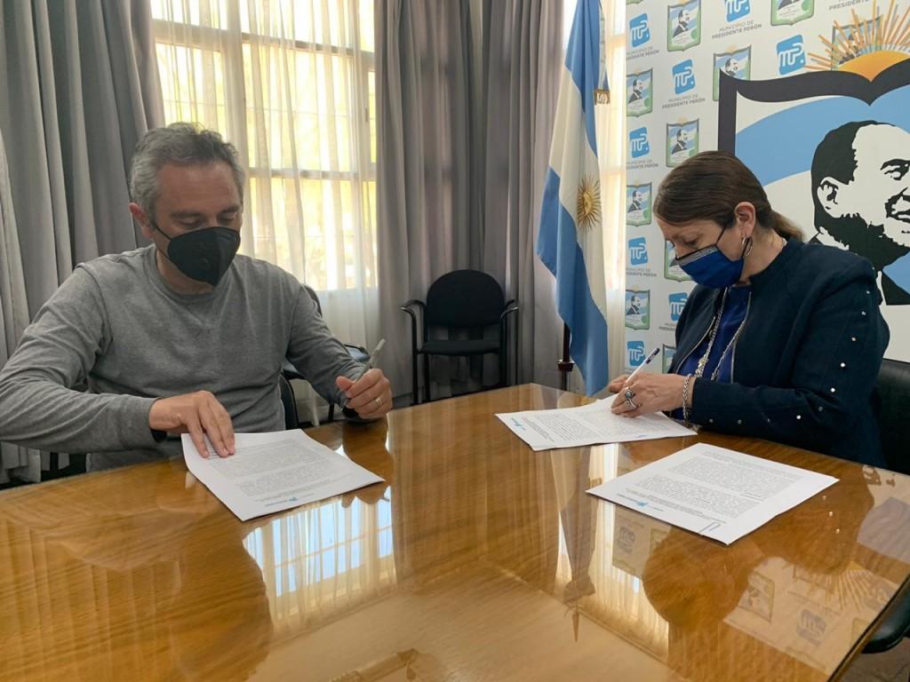 Pte. Perón: La intendenta Cantero firmó convenio con el ministro Larroque