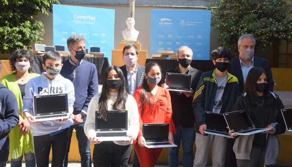 Fernando Moreira y Jaime Perczyk entregaron netbooks de Conectar Igualdad en San Martín