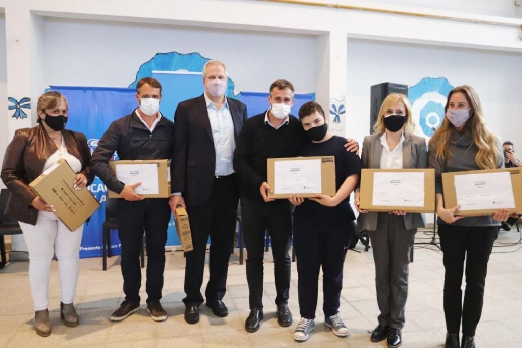 Pilar: Achaval y el Ministro Perczyk entregaron netbooks a alumnos del distrito