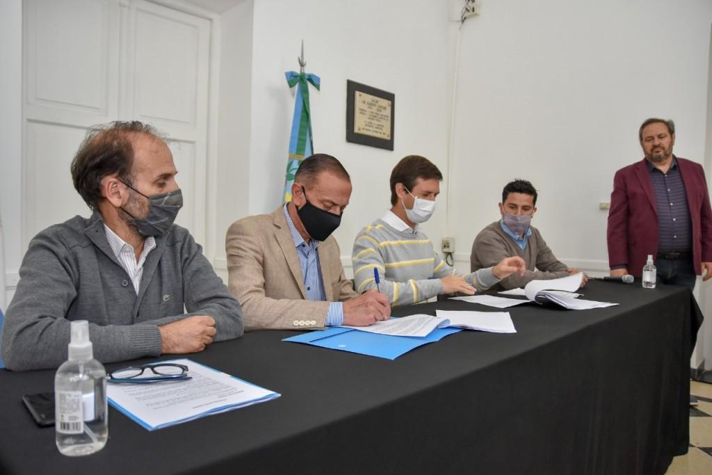San Vicente: Mantegazza firmó un convenio para asfaltar 45 cuadras en el distrito
