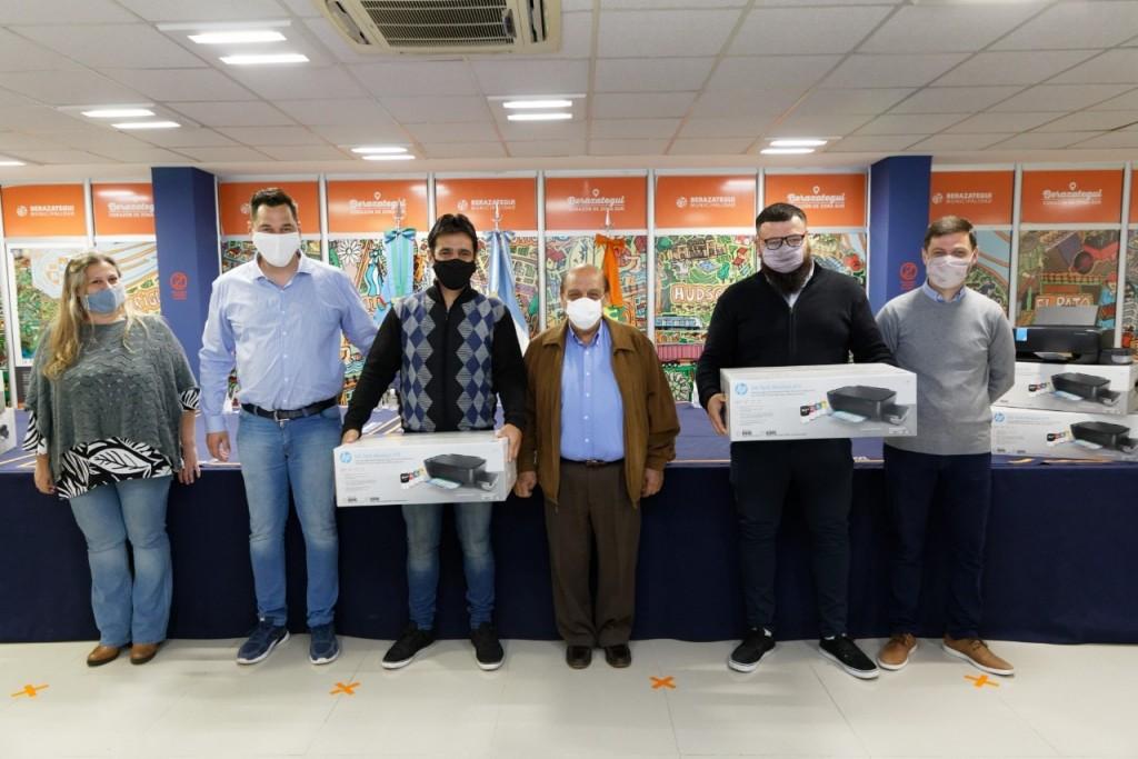 Berazategui: Mussi entregó impresoras y equipamientos a escuelas del distrito