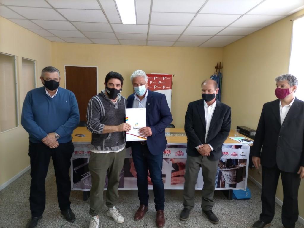 Patagones: El Intendente Zara entregó lotes a 20 familias de Bahía San Blas