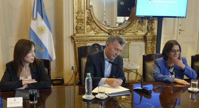 """Macri """"exige"""" a los gobernadores salarios de estatales más bajos"""