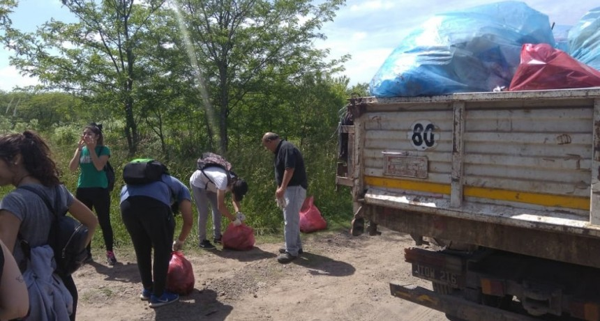 Mercedes: El Estado local y alumnos de la Técnica de Gowland limpiaron el A° Balta