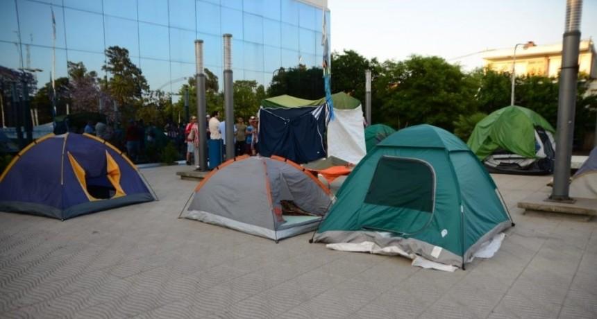 """Lincoln: Los autodenominados """"Vecinos sin Techo"""" mantienen un acampe frente a la Municipalidad"""