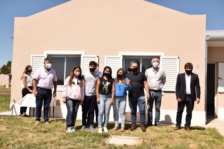 Lobería: Se entregan las 26 viviendas destinadas a trabajadores municipales