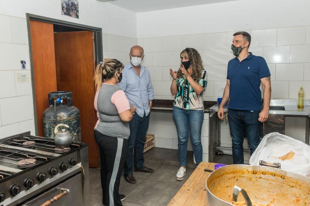 """Lanús: Grindetti visitó el comedor comunitario """"Manos solidarias"""" en Monte Chingolo"""