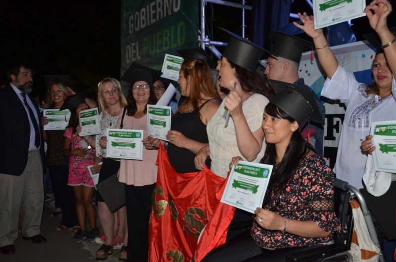 Merlo: Las autoridades entregaron los diplomas a 800 egresados del Plan FINES