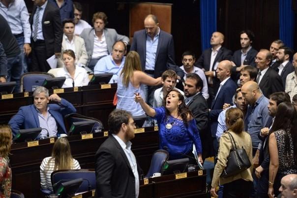 Legislatura bonaerense: Fuertes cruces en el recinto y represión en la calle