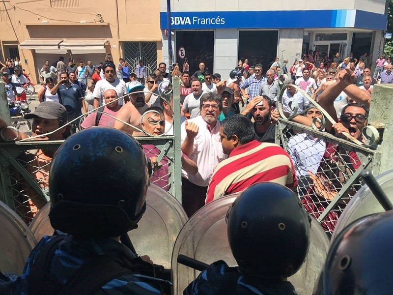 Berisso: Represión policial en sesión del HCD para reducir horas extras a municipales