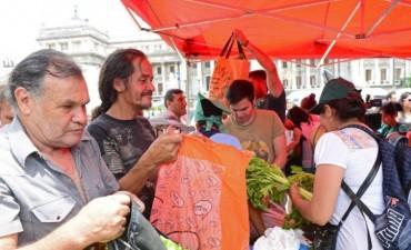 Pequeños productores regalaron 20 toneladas de verduras a jubilados