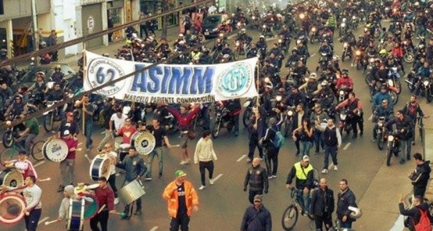 Importante asamblea de trabajadores en motos en el Obelisco