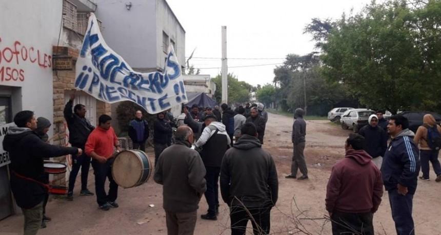"""Trabajadores de ´Cortinas Esteban´ aseguran que """"nos están presionando con que no nos van a pagar para que nos vayamos de la fábrica"""""""