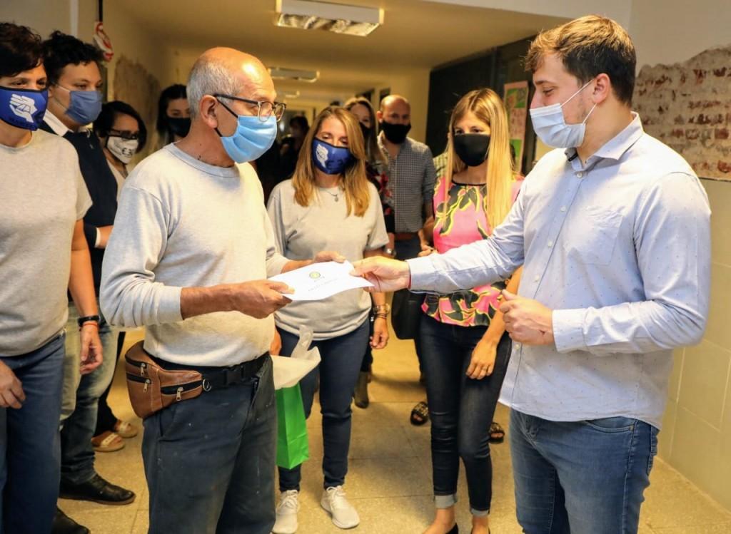 Avellaneda: El intendente Chornobroff entregó 12 millones de pesos en subsidios para escuelas locales