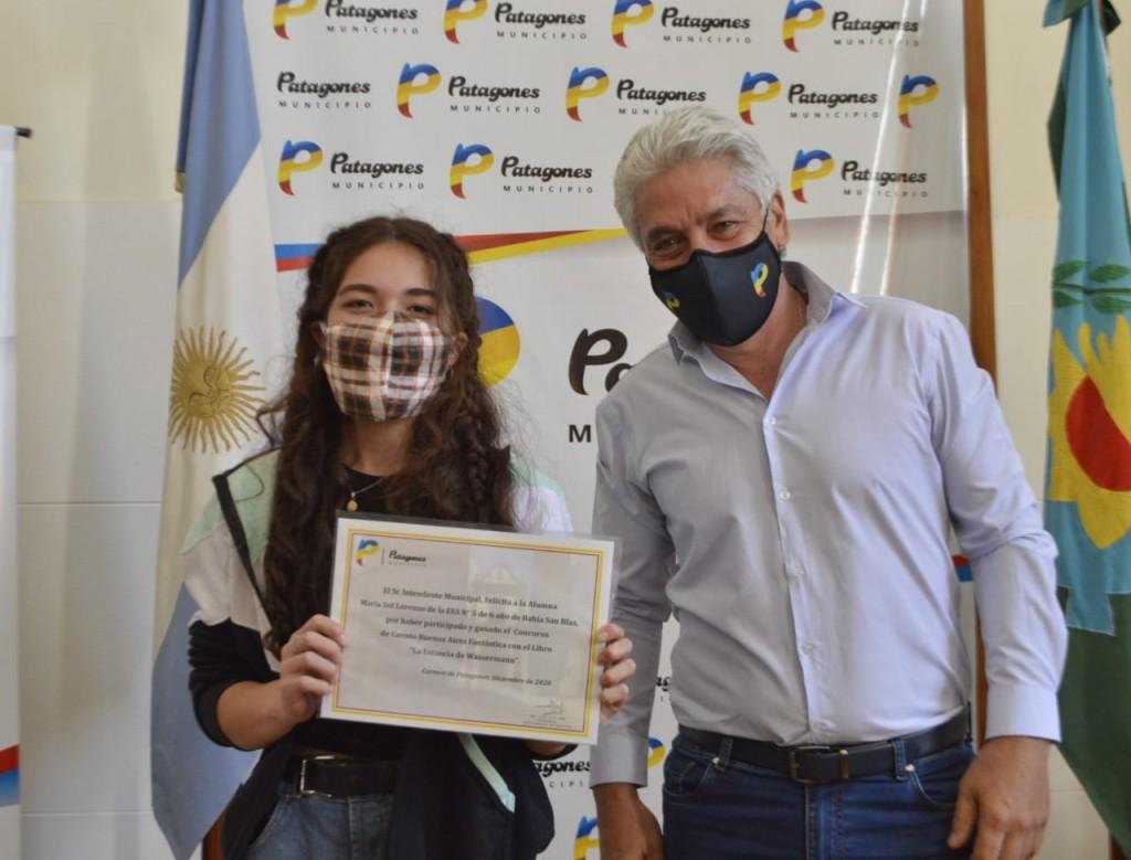 Patagones: Zara entregó reconocimiento a una joven escritora de Bahía San Blas