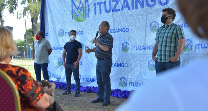 Ituzaingó: Descalzo participó de una entrega de subsidios a trabajadores de la cultura local
