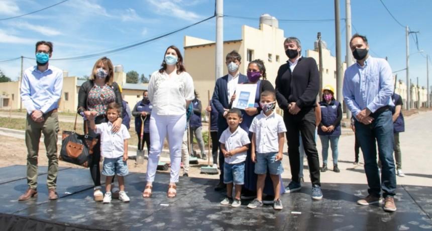 Moreno: Kicillof, Mariel Fernández y Máximo Kirchner entregaron 364 viviendas en el barrio La Perla